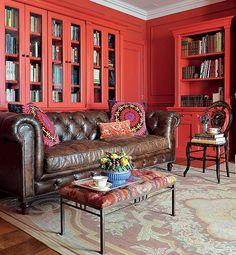 Típico de biblioteca inglesa, o clássico sofá Chesterfield voltou à moda. O melhor é que ele pode passear por outros ambientes, como faz o arquiteto João Mansur, que costuma usá-lo no living. A peça sóbria faz contraste com as estantes vermelhas
