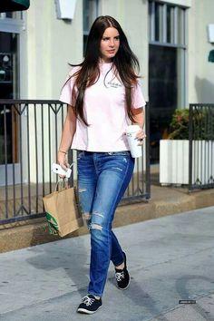 I love her look every time i see her Lana Del Rey Hair, Lana Del Ray, Elizabeth Woolridge Grant, Elizabeth Grant, The Hollywood Bowl, Brooklyn Baby, Beautiful People, Look, Street Style
