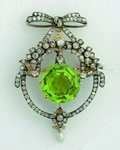 Belle Epoque diamond and peridot brooch circa 1900 Another piece that could get me to wear my birthstone. Belle Epoque, Edwardian Jewelry, Antique Jewelry, Vintage Jewelry, Jewelry Box, Jewelery, Fine Jewelry, Bijou Box, Diamond Bows