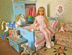 """1960's Skipper wearing """"Dream Time"""" outfit with bedroom diorama. Vintage Barbie Dolls, Barbie I, Play Barbie, Barbie House, Barbie World, Barbie Clothes, Barbie Stuff, Barbie Sisters, Dioramas"""