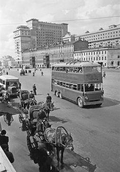 Охотный ряд, Москва, 1935 год.  Автор фото — Аркадий Шайхет