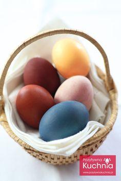 Naturalne barwniki do pisanek - #poradnik o tym jak naturalnie zabarwić #jajka  http://pozytywnakuchnia.pl/naturalne-barwniki-do-pisanek/  #wielkanoc #home #decor