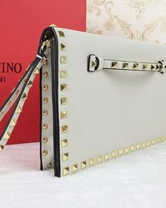 http://www.ahandbag.se/purse/handbags/valentino-white-rockstud-clutch/