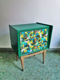 Mesa de luz. Técnica decoupage. http://www.facebook.com/chochamuebles http://www.facebook.com/chochamuebles.muebles