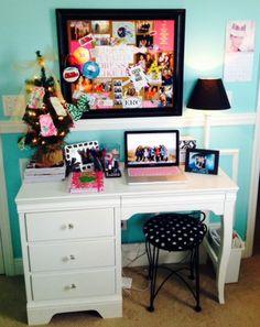 Love my desk! ideia de cantinho para ao lado da minha cama. Falta o espelho acima.