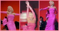 """Marilyn Monroe em """"Os homens Preferem as Loiras"""" (1953) – Vestindo mais um modelo de William Travilla, Marilyn brilhou ao dançar na escadaria, cercada de marmanjos e diamantes, com o icônico vestido rosa choque (que diziam ser extremamente desconfortável)."""