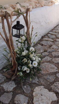 βάση με φαναράκι από θαλασσοξυλα με τριαντάφυλλα και φύλλωμα ελιάς...Δεξίωση | Στολισμός Γάμου | Στολισμός Εκκλησίας | Διακόσμηση Βάπτισης | Στολισμός Βάπτισης | Γάμος σε Νησί & Παραλία.