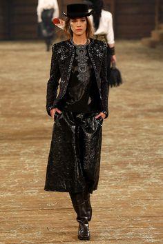 Pasarela: El viejo oeste con aires de allure parisino, en la colección #ParisDallas de #Chanel. http://www.vogue.mx/desfiles/prefall-2014-nueva-york-chanel-metiers-d-art-paris-dallas/7549