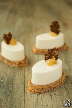 Gorgonzola mousse with pears and gingerbread Fancy Desserts, Beautiful Desserts, Finger Food Appetizers, Fancy Appetizers, Snacks Für Party, Small Cake, Mini Cakes, Plated Desserts, Mousse