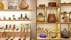 Estantes com sapatos e bolsas no ambiente da loja Selaria Richards, instalada no Shopping Villa-Lobos