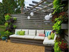 1 pergola par dessus la banquette.La fixation de la banquette est plus simple car la clôture en bois est parfaite pour cela. Pour améliorer la décoration, pensez à un mur végétal ou à quelques lanternes à suspendre.