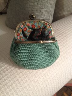 Monedero crochet Crochet Wallet, Crochet Purses, Bead Crochet, Diy Crochet, Pinterest Crochet, Crochet Purse Patterns, Frame Purse, Change Purse, Little Bag