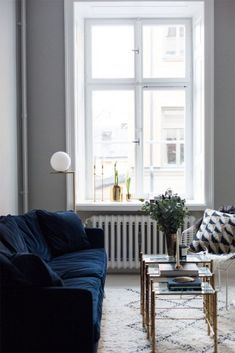 15 Lovely Living Room Designs with Blue Accents | Navy sofa, Printed ...