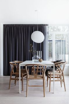 Dining area in townhouse on Lidingö, Stockholm, Sweden. Interior design by Carl Lindén. Styling by Pella Hedeby. Photography by Sofi Sykfont. Dining Room Images, Dining Room Design, Dining Area, Dining Table, Kitchen Interior, Interior Design Living Room, Minimalist Dining Room, Modern Minimalist, Beautiful Dining Rooms