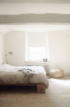 Home Remodel Living Room = wood bed base and white beams.Home Remodel Living Room = wood bed base and white beams Dream Bedroom, Home Bedroom, Master Bedroom, Bedroom Decor, Bedroom Carpet, Design Bedroom, Guest Bedrooms, Deco Ethnic Chic, Bed Base