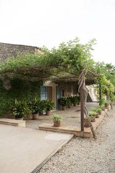 Mediterranean Rustic Patio: A landscaped pergola punctuated by planters. Pergola Screens, Pergola With Roof, Covered Pergola, Pergola Patio, Diy Patio, Pergola Plans, Pergola Kits, Patio Ideas, Landscaping Ideas