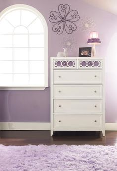 adorable dresser! love the detail on the top shelf!