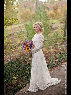 Kelly Clarkson wedding dress with sleeves. Fall wedding