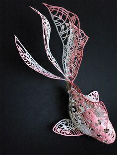 中野のブロードウェイセンター4FにあるGALLERY リトルハイで濱直史(はまなおふみ)さんの個展「美しすぎる立体切り絵!」が開催されます。 切り絵した紙を、折り、重ね、組み立てることにより立体的な作品に仕上げた「立体切り絵」。濱さんのその独自の技術により生み出された作品は、どれもがとても美しく繊細で平面の切り絵にはない魅力に溢れています。 特に鶴をはじめとする伝承折り紙をモチーフにした作品の数々は、日本の伝統文化とその独創的なアイデアが驚くほどマッチして、観る者全てに「和」の素晴らしさを感じさせます。 そして更に進化した「曲面立体切り絵」はまさに切り絵の3Dとも言うべき驚きの作品です。今回の個展では濱さんの「立体切り絵」の代表作である鶴の作品と「曲面立体切り絵」の代表作である金魚の作品のそれぞれ四つの作品が日本の美しい四季を感じさせる「春夏秋冬」という新作など約20点が展示されます。       場所:ギャラリー リトルハイ 日程:2017年10月6日(金)~10月16日(月) 休廊:10月11日(水) 電話番号:050-3597-7222…