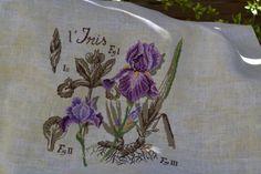 La fleur des roi que Louis VII choisit comme emblème dés 1137. Messagère de bonne augure et délicatement parfumé voici pour vous un bouquet d'Iris.....Brodé en un fil sur une toile de lin marbrée, un vrais régal!Modèle de V.Enginger pour DFABelle semaine...