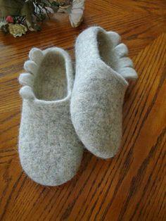 Mens Slippers Hand Felted Wool Minelli Leather by FeltKnotted Felt Baby Shoes, Felt Boots, Felt Diy, Felt Crafts, Felted Slippers, Mens Slippers, How To Make Shoes, Nuno Felting, Wool Felt
