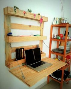 Here's a DIY desk you can easily add to your workshop this weekend! Pallet Desk, Diy Pallet Furniture, Diy Pallet Projects, Home Projects, Bedroom Furniture, Furniture Design, Bedroom Desk, Home Office Design, House Design