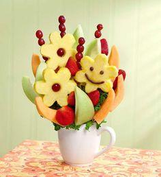 Bouquet di frutta realizzato con ananas, fragole e ribes.