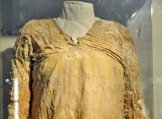 "The now-tattered ""Tarkhan Dress"" has been identified as Egypt's oldest garment as well as the oldest surviving piece of woven clothing in the entire world. Old Dresses, Vintage Dresses, Viking Clothing, Antique Clothing, Egyptian Women, Old Egypt, Perfect Date, Period Outfit, Weird Fashion"