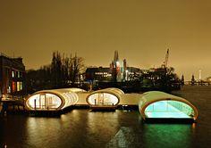 Плавающий общественный бассейн Badeschiff в Берлине