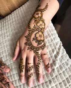 Searching for stylish mehndi designs for the party that look gorgeous? Stylish Mehndi Design is the best mehndi design for any func. Henna Hand Designs, Dulhan Mehndi Designs, Mehandi Designs, Mehndi Designs Finger, Modern Henna Designs, Henna Tattoo Designs Simple, Latest Henna Designs, Floral Henna Designs, Stylish Mehndi Designs