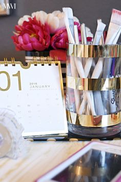 DIY Metallic Gold Striped Vases DIY metallic foil gold striped vase tutorial- takes about 5 minutes! Diy Organizer, Office Cubicle, Office Workspace, Cubicle Ideas, Cubicle Decorations, Kate Spade, Cute Office Decor, Vase, Diy Desk