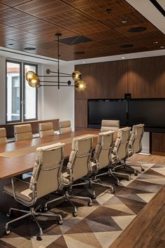 This meeting room/boardroom was inspired by mid-century design with wood used prominently and feature lighting. Corporate Office Design, Modern Office Design, Corporate Interiors, Office Interiors, New Interior Design, Room Interior, Industrial Home Offices, Conference Room Design, Office Meeting