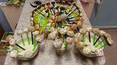 Schokoladen Frischkäse Cake Pops mit weißer Schokolade und Zuckerdekoration auf Strohhalmen und Wäscheklammern