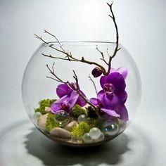 vase boule, orchidées submergées et petites pierres