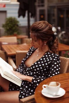 Couverte, Juste Ce Qu'il Faut Sexy Dresses, Sexy Outfits, Dresses With Sleeves, Coffee Girl, Gorgeous Women, Sexy Women, Classy, Style, Polka Dots