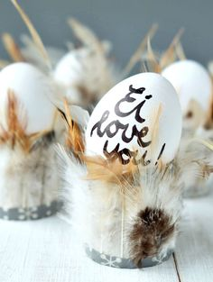 DIY egg cup: glue toilet paper rolls with feathers. Feathery egg cups Easter DIY and craft idea Filling toilet paper rolls with feathers Happy Easter, Easter Bunny, Easter Eggs, Spring Decoration, Decoration Table, Easter Snacks, Easter Presents, Diy Ostern, Flower Lights