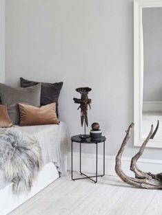 Luksus på budget | Femina Nordic Style, Entryway Bench, Budgeting, Furniture, Decor Ideas, Home Decor, Lantern, Entry Bench, Hall Bench