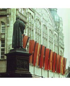 Lutherdenkmal am Anger Erfurt und rote Fahnen am Centrum-Warenhaus, Sommer 1983 | Foto: Uwe Gerig