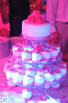 White and pink wedding cake with cupcakes by Algarve Wedding Planners | My Portugal Wedding | Portugal Luxury Weddings