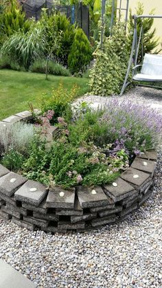 10 formas de usar grava en el jardín: Canteros o parterres Hillside Garden, Garden Bridge, Patio Design, Garden Design, Side Yard Landscaping, Starting A Garden, Formal Gardens, Garden Stones, Garden Projects