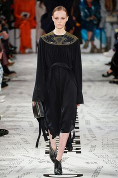 Stella McCartney Fall 2019 Ready-to-Wear Fashion Show Collection: See the complete Stella McCartney Fall 2019 Ready-to-Wear collection. Look 4 Stella Mccartney Dresses, Structured Dress, Vogue, Fashion Show Collection, Fall Winter, Autumn, Nice Dresses, Ready To Wear, Catwalk
