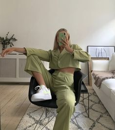Shared by 𝑀𝒶𝓂𝒾 𝒬𝓊𝑒𝑒𝓃. Find images and videos about fashion, style and outfit on We Heart It - the app to get lost in what you love. Aesthetic Fashion, Aesthetic Clothes, Look Fashion, Urban Aesthetic, Spring Fashion, Fitness Aesthetic, Aesthetic Outfit, Green Fashion, Classic Fashion