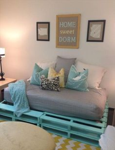 DIY pallet sofa design and decoration ideas, pallet sofa instruction plans. Also pallet sectional sofas for your outdoor and indoor. Furniture, Pallet Furniture Plans, Pallet Couch, New Home Designs, Sofa Design, Home Furniture, Furniture Plans, Home Decor, Home Diy