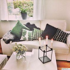 iittala,ljusstake,kuddar,vit soffa,svenskt tenn
