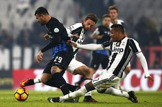 Atalanta's forward Andrea Petagna  (L) fights for the ball with Juventus' Brazilian defender Alex Sandro during the Italian Serie A football match between Juventus and Atalanta on December 3, 2016 at the 'Juventus Stadium' in Turin. / AFP / MARCO BERTORELLO
