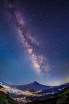 昨夜撮影した富士山と天の川です。 梅雨の晴れ間、驚くほど星が見えることがあります。 写真左上が夏の大三角、右下がさそり座と火星。 眼下には河口湖と河口湖町の灯が広がっていました。 (山梨県新道峠にて撮影) https://twitter.com/KAGAYA_11949/status/752121158053470208/photo/1