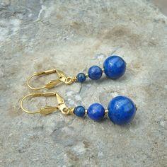 Boucles d'oreilles avec trois pierres lapis lazuli de 10, 6 et 4 mm d'un beau bleu profond, les apprêts sont en plaqué or 3 microns. Le lapis lazuli est une pierre utilisée en ésotérisme. C'est une des pierre des plus prisée par le joailliers et son prix peut atteindre des sommets. Pierre Lapis Lazuli, Plaque, Beaded Bracelets, Stone, Jewelry, Gold Plating, Stones, Ears, Boucle D'oreille
