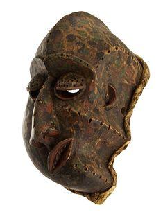 BA-PENDE - Repubblica Democratica del Congo (ex Zaire) - Maschera facciale di malattia. Recenti studi hanno ipotizzato che la forma della maschera possa essere la rappresentazione delle contrazioni del volto durante le crisi epilettiche. Collezione Fabrizio Corsi