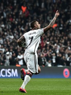 Besiktas' Ricardo Quaresma  celebrates with teammates after scoring a goal during the UEFA Champions League Group B football match between Besiktas Istanbul and Benfica Lisbon on November 23, 2016 at Vodafone arena in Istanbul. / AFP / OZAN KOSE