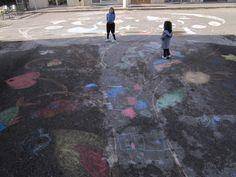 Colori in corso   I bambini disegnano un albero di 20 metri nel corso principale della città.